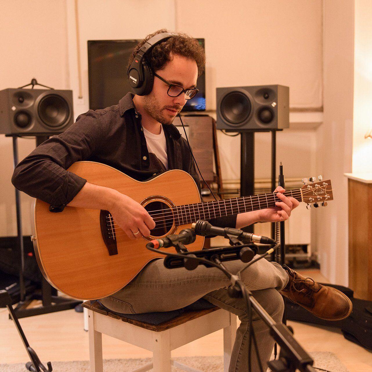 Florijan van der Holz im Studio #1 spielt Akustikgitarre ein. Florijan van der Holz – Singer-Songwriter Folk-Pop aus Stuttgart